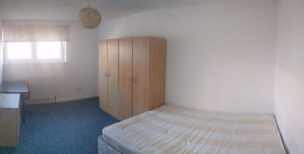 Double room in a very convenient location-Victoria Road- all local amenities within walking distance