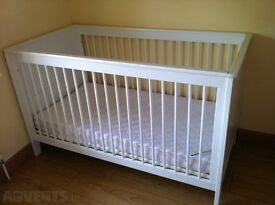 MAMAS AND PAPAS WHITE COT BED +/- MATTRESS AND FREE COMPLETE NEUTRAL BEDDING SET WITH CURTAINS