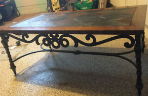 Table de salon en bois et céramique avec pattes en fer forgé