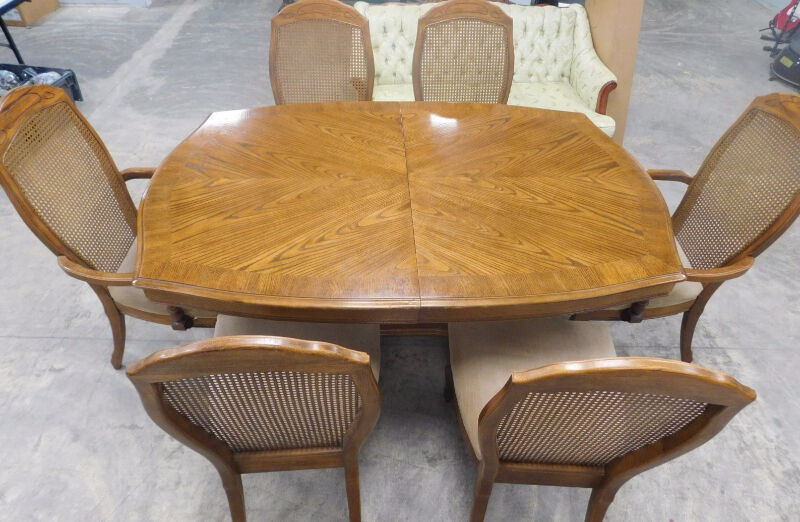 Solid dining table with 6 dining chairs 2 leaves for Table 6 chaises kijiji