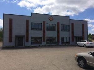 Bâtiment commercial à louer avec bureau et porte de garage