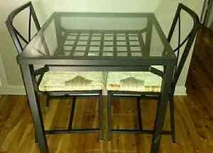 Table vitrée avec 2 chaises