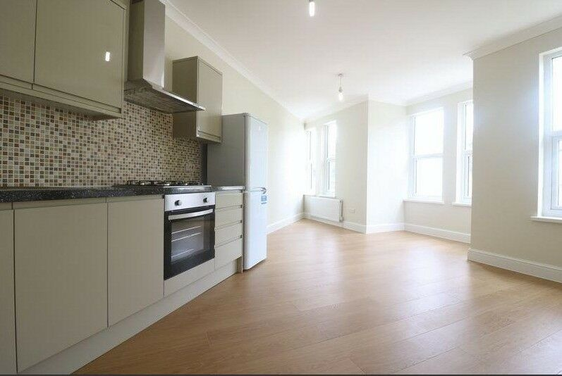 stunning 1 bed , with huge LOUNGE area and DOUBLE bedroom , MINUTES from station please call ASAP