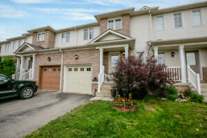 Well cared for townhome in popular neighbourhood!