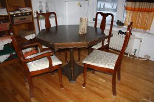 Table de cuisine ronde en bois   ( Chambly )