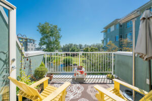 Stunning 2 BED/3 BATH Townhouse with Amazing Waterfront Views!