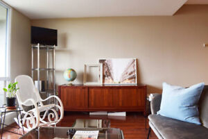 ***SPACIOUS 2 BEDROOM CONDO MINUTES FROM DOWNTOWN TORONTO***