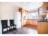 Spacious two bedroom apartment in a gated development moments from Mile End Station LT REF:4556205