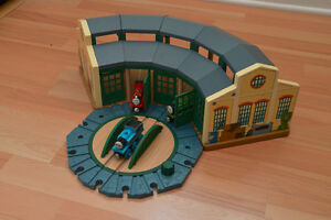 Thomas Tank Engine Wooden Train - Engine Shed Crane Crossing