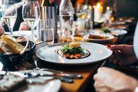 Barman/barmaid, serveur/waiter, busboy/plongeur, cuisinier/cook