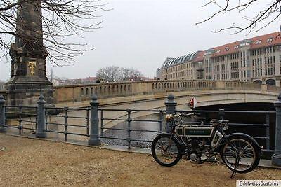Gehört nicht ins Museum – das NSU Motorrad vor der Berliner Museumsinsel. Hier hergefahren ist es auf eigenen Rädern.