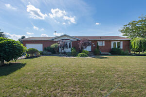 4 Bedroom Country property on 3/4 of an acre!