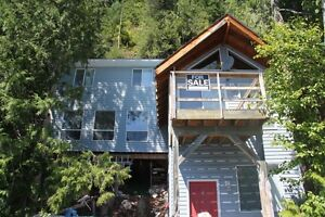 LAKEFRONT COTTAGE ON SHUSWAP LAKE, 20 MINUTES FROM SICAMOUS
