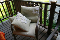 Table  and 4 chairs avec beau coussin chaise inc.