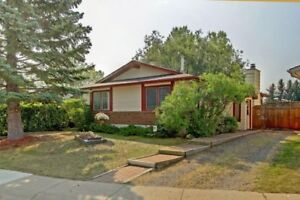 Cozy Bungalow FOR SALE in Okotoks **Book a showing today**
