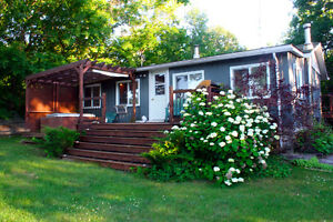 Sweet cottage on Crowe River!