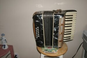 12 Base Parrot Accordian