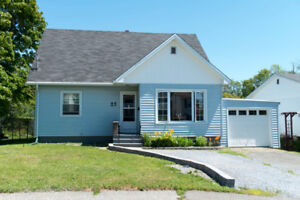 NEW PRICE! 25 MARGARET ST, EAST Country-like City Living!