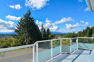 Family home overlooking the mountains yet close to amenities!