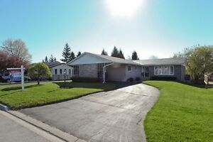 KINCARDINE walk-out Bungelow with pool,66 x166 Lot,Immaculate!!