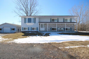 Country Living ~ 15 minutes from the Cataraqui Centre!