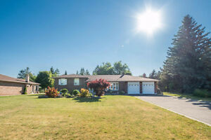 Lovely Side-Split Bungalow In High Demand King City! Large Lot!