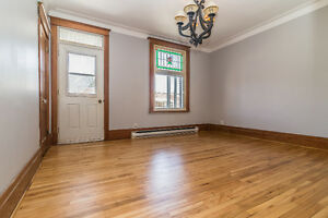 Newly renovated spacious high ceilings near METRO,dtown,services