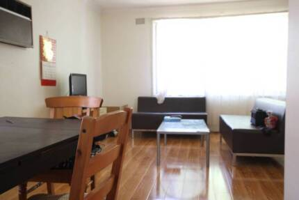 15 mins walk to Castle Hill Tower Large room 3 builtin wardrobes