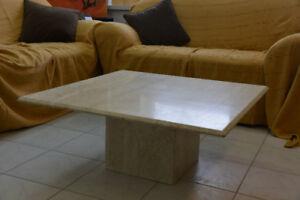 Table en marbre beige (travertin veiné)
