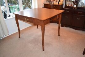 BEAUTIFUL CLASSIC EXTENDING DINING TABLE.