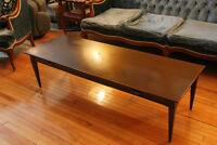 Longue table basse de salon de style colonial