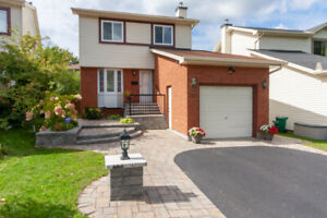 Stylish 3 bed house across park & wide driveway - Bells Corners