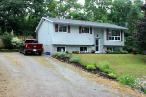 --RURAL LIVING/CITY CONVENIENCE--  Family Home with Pool!