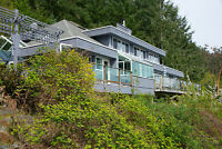 686 Cliff Rd. Private Waterfront. Beautiful Views of North Shore