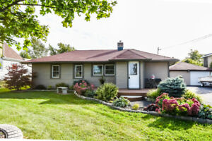 STONEY CREEK COUNTRY HOME FOR SALE on HUGE LOT!