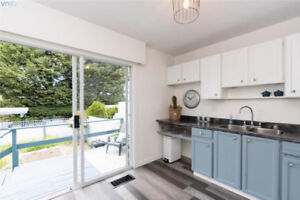 Townhome Close to UVIC~