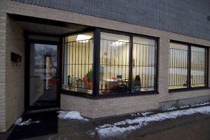 Bureaux & Coin Entrepôt *3,400 pc* (Offices + Warehouse), à loue