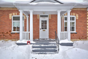 WALK TO DOWNTOWN COLLINGWOOD FROM THIS REGENCY BUNGALOW