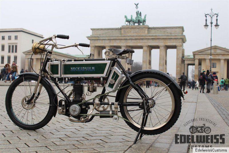 Wer posiert denn hier so stolz vor dem Brandenburger Tor in Berlin? Es ist ein Motorrad aus dem Jahre 1905.