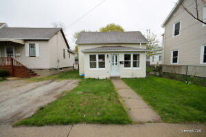 Splendacious!!! 3BR Home in Central Sarnia ** BACK ON THE MARKET