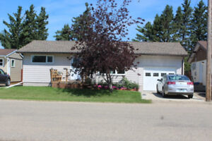 Well Maintained 2 Bdrm Bungalow for Sale in Roblin, MB!