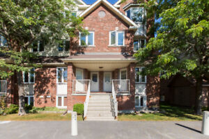 Stunning 2 storey condo townhome in Hunt Club Park