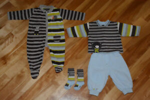 Vêtements et pyjamas garçon 12 et 18 mois de marque, comme neuf