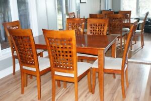 Quality Room Table and 6 Matching Chairs