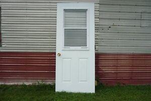 Porte d'entrée en acier avec fenêtre