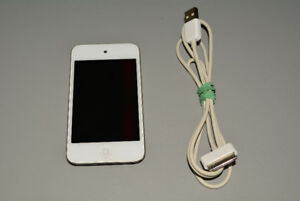 Apple iPod Touch 4th Gen 16GB White with Charger Cable