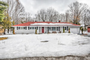 Beautiful Bungalow in Desirable Rothwell Heights!