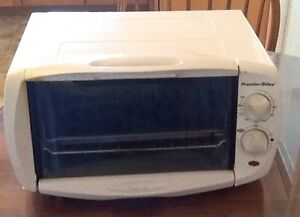 PROCTOR-SILEX TOASTER OVEN WITH 2 piece  BROILING PAN. Clean; wo