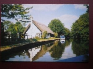 POSTCARD-B4-BUCKINGHAMSHIRE-MARSWORTH-THE-GRAND-UNION-CANAL-NICE-THATCHED-CO