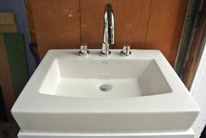 Lavabo rectangulaire à pose sur le comptoir avec robinetterie